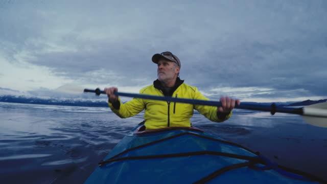 vídeos de stock, filmes e b-roll de man paddling kayak - cabelo branco