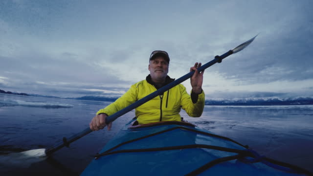 stockvideo's en b-roll-footage met man paddling kayak - actieve ouderen