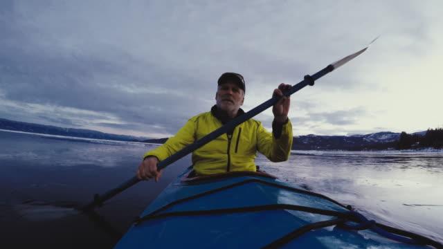 vídeos de stock e filmes b-roll de man paddling kayak - caiaque canoagem e caiaque