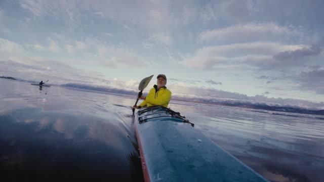 vidéos et rushes de man paddling kayak - kayak sport