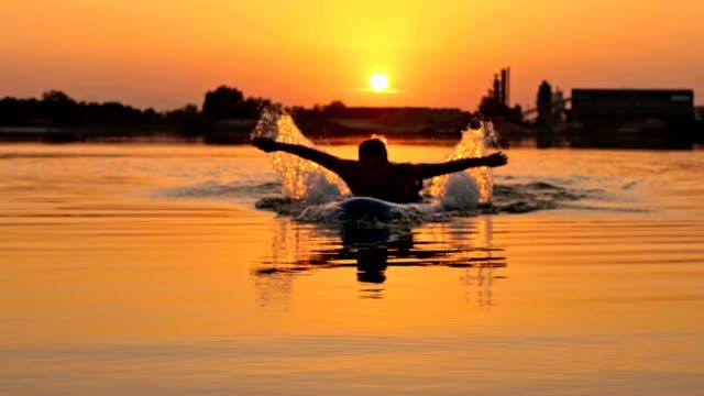 paddeln slo-mo mann mit händen auf dem surfbrett - paddel stock-videos und b-roll-filmmaterial