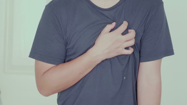 vídeos de stock, filmes e b-roll de homem doloroso em seu coração em casa - heart attack