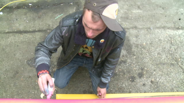 vidéos et rushes de ms ha man painting artwork with large pen outdoors, gent, belgium - casquette de baseball