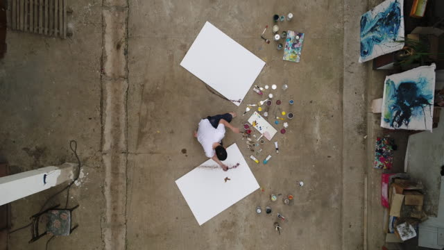 man painting on street - artista video stock e b–roll