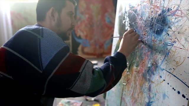 vídeos de stock, filmes e b-roll de homem pintando - painter artist