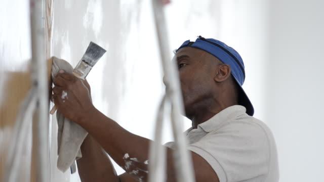 MS Man painting wall / London, England, United Kingdom