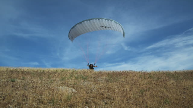 ws pov man paragliding / lehi, utah, usa. - lehi stock videos & royalty-free footage