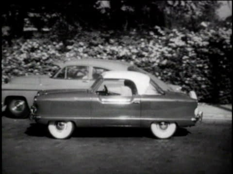 vídeos y material grabado en eventos de stock de b/w ws man parallel parking in nash metropolitan car/ united states - ir marcha atrás