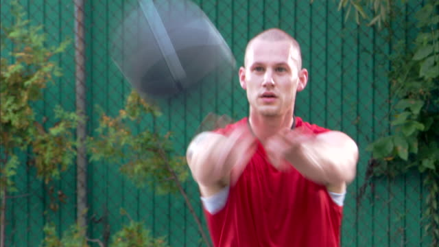 vídeos de stock, filmes e b-roll de man passing basketball - passe de bola