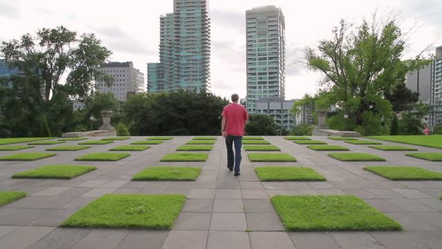 ws man passing from garden / melbourne, victoria, australia - endast en medelålders man bildbanksvideor och videomaterial från bakom kulisserna