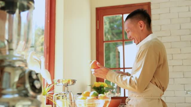vídeos de stock, filmes e b-roll de ms man peeling carrot / fuji kawaguchiko, yamanashi, japan - trabalho doméstico
