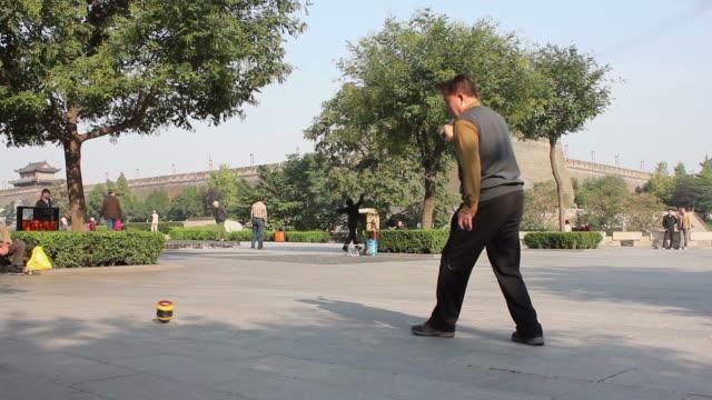 vídeos de stock e filmes b-roll de ms la pan man performing exercise in city wall park/xian,shaanxi,china - sentar se