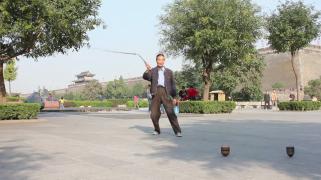 stockvideo's en b-roll-footage met ms la man performing exercise in city wall park/xian,shaanxi,china - alleen één seniore man