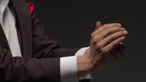 vídeos de stock, filmes e b-roll de cu man performing tricks with coin - truque de mágica
