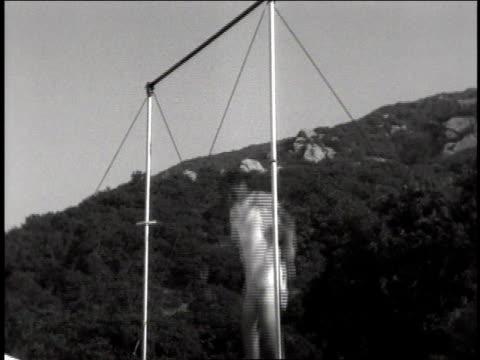 vidéos et rushes de la a man performs on the horizontal bar - se balancer
