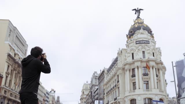 man photographing - マドリード グランヴィア通り点の映像素材/bロール