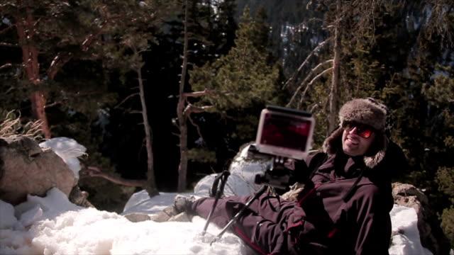 Man fotograferen met actiecamera op de top van de berg