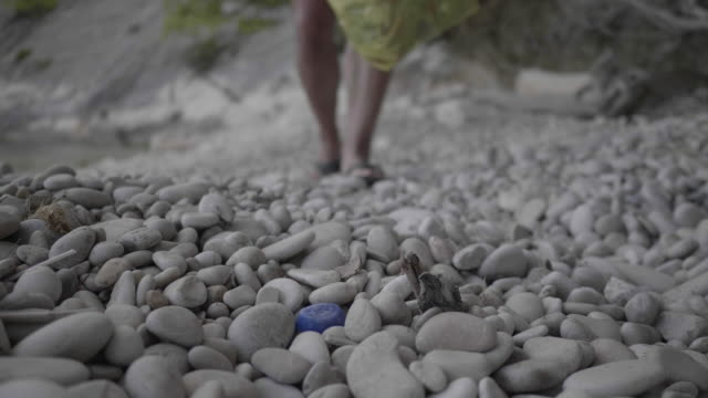 vídeos y material grabado en eventos de stock de man picks up trash on croatia beach, close up - cultura croata