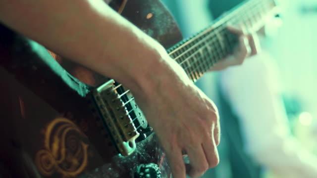 vidéos et rushes de cu: homme jouer de la guitare lors d'un concert de rock - guitare électrique