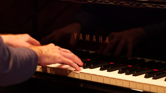 man playing a piano in east lansing, michigan on march 25th, 2015 shots: close shots of a mans hands playing an acounstic piano, close shot of the... - ピアノ点の映像素材/bロール