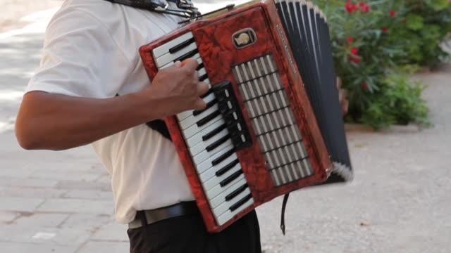 vídeos y material grabado en eventos de stock de mh tu man playing accordion in street / venice, italy - acordeonista