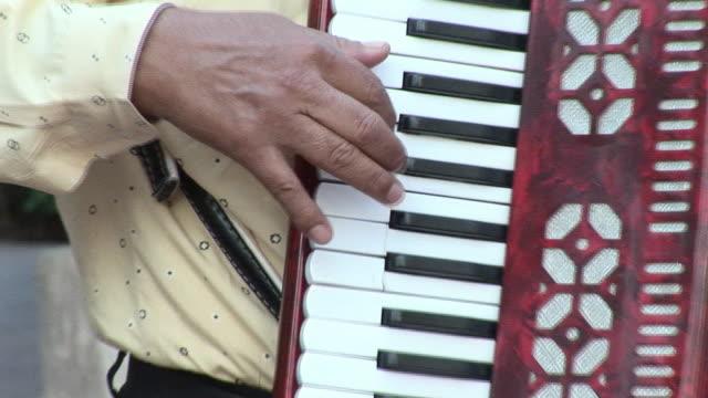 vídeos y material grabado en eventos de stock de cu, man playing accordion, mid section, mexico - acordeonista