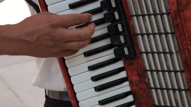 vídeos de stock e filmes b-roll de cu tu man playing accordion / venice, italy - acordeão instrumento