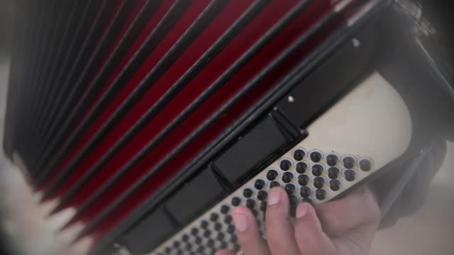 vídeos de stock e filmes b-roll de man playing accordion - arte, cultura e espetáculo