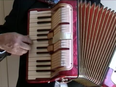 vídeos y material grabado en eventos de stock de hombre jugando acordeón - acordeonista