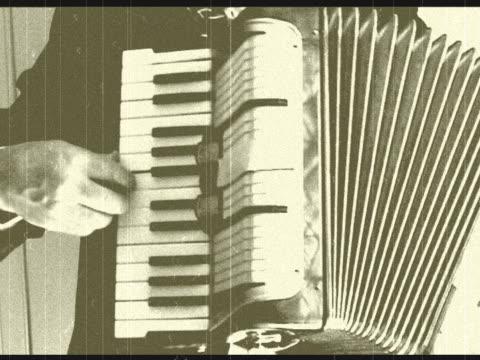 vídeos y material grabado en eventos de stock de acordeón hombre tocando en vivo y retro con sonido ambiente - acordeonista