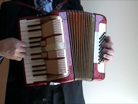 vídeos y material grabado en eventos de stock de hombre tocando acordeón-con sonido original - acordeonista