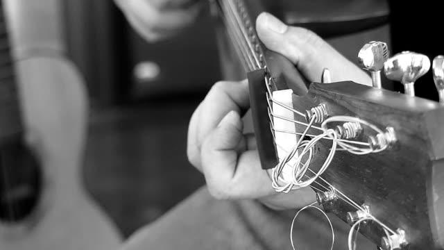 vídeos de stock, filmes e b-roll de homem tocando violão - violão acústico