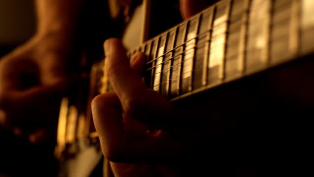 vídeos de stock, filmes e b-roll de homem tocando uma guitarra elétrica - guitarist