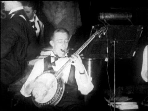 vídeos de stock e filmes b-roll de b/w 1925 man playing banjo at dance marathon / roseland ballroom, nyc / newsreel - 1925