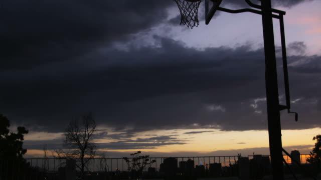 vídeos y material grabado en eventos de stock de ws tu man playing basketball / salt lake city, utah, usa. - mate técnica de vídeo