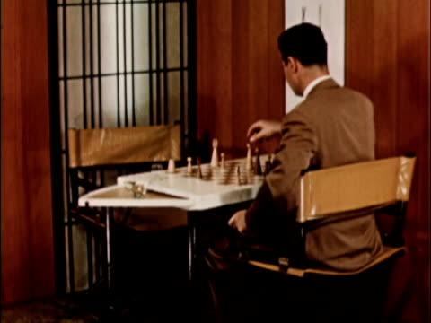 vidéos et rushes de 1956 montage man playing chess / usa - échec