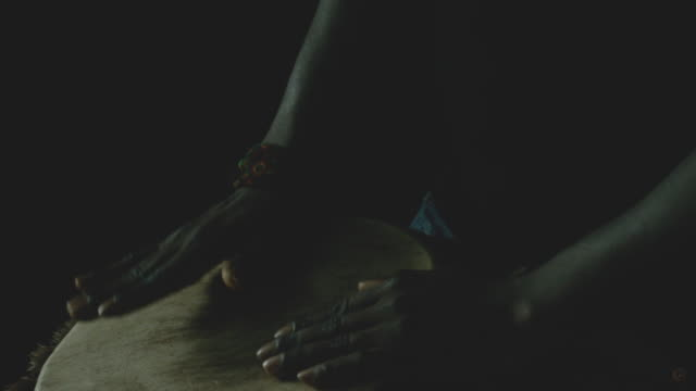 man playing drum - 人の腕点の映像素材/bロール