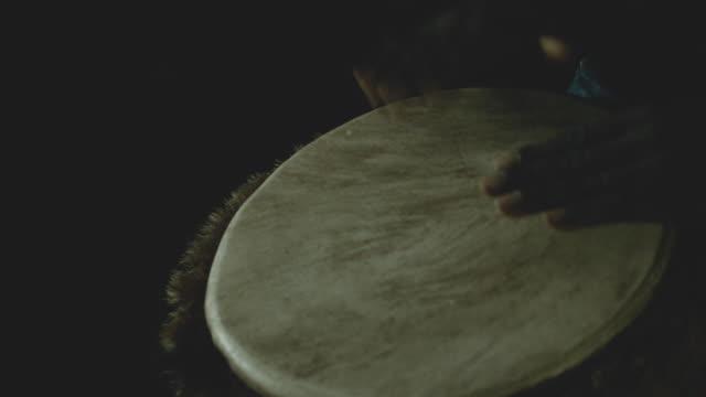 vídeos y material grabado en eventos de stock de man playing drum - brazo humano