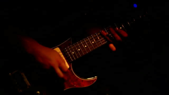 uomo che suona la chitarra elettrica in concerto - rock and roll video stock e b–roll