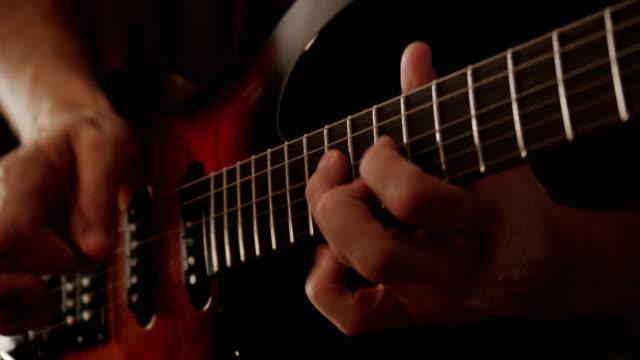 vídeos y material grabado en eventos de stock de hombre tocando la guitarra eléctrica - diapasón instrumento de cuerdas