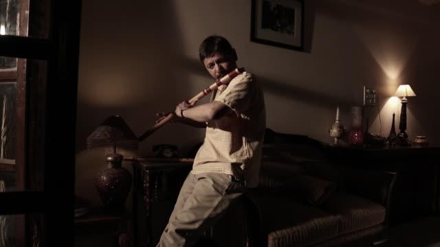 vídeos de stock, filmes e b-roll de man playing flute, delhi, india - só um adulto de idade mediana