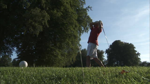 ws man playing golf, brussels, belgium - 手をかざす点の映像素材/bロール