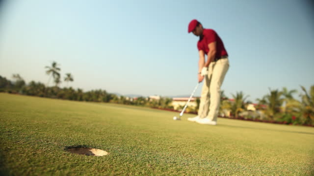 vídeos y material grabado en eventos de stock de man playing golf in a golf course  - putt