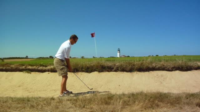 vídeos y material grabado en eventos de stock de ms, man playing golf, north truro, massachusetts, usa - bandera de golf