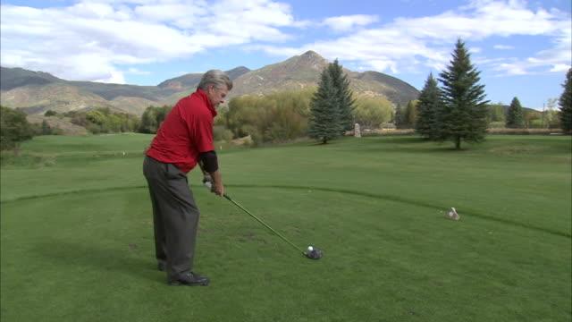 vídeos de stock, filmes e b-roll de ws ds man playing golf / provo, utah, usa - utah