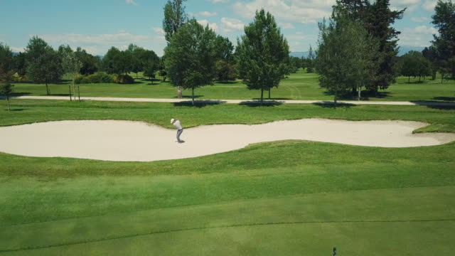 stockvideo's en b-roll-footage met man playing golf - baseballpet
