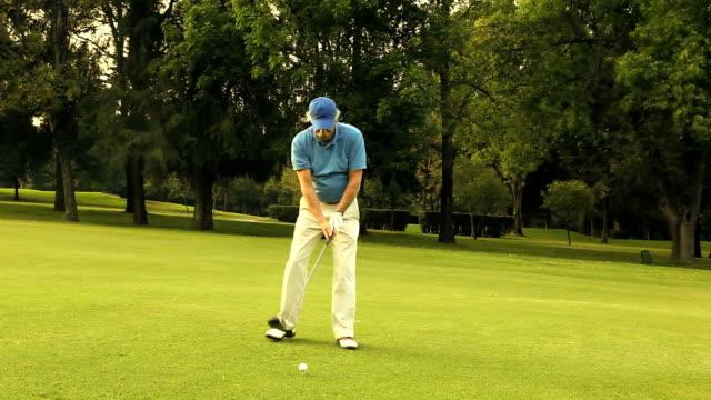vidéos et rushes de homme jouant au golf - swing de golf