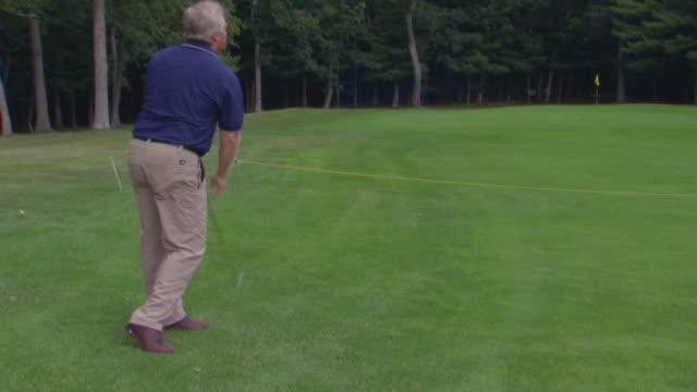 man playing golf - bricco video stock e b–roll