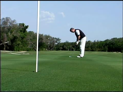 vídeos y material grabado en eventos de stock de man playing golf - bandera de golf