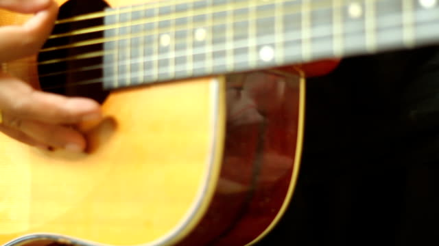 Mann spielt Gitarre Nahaufnahme